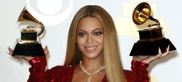 Beyoncé sonríe con sus dos Grammy