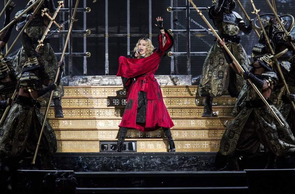 La cantante estadounidense Madonna rodeada de unos bailarines vestidos de sumarais, durante su actuación en el Tele2 Arena de Estocolmo (Suecia).